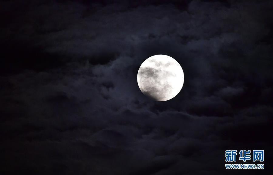 """百年一遇!全国各地共度""""红月亮之夜"""""""