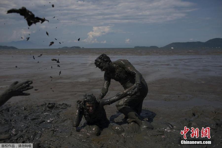 巴西举行泥浆狂欢节 狂欢者乌泥中打滚