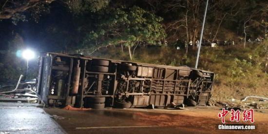 香港巴士侧翻6名伤者危殆 14人严重
