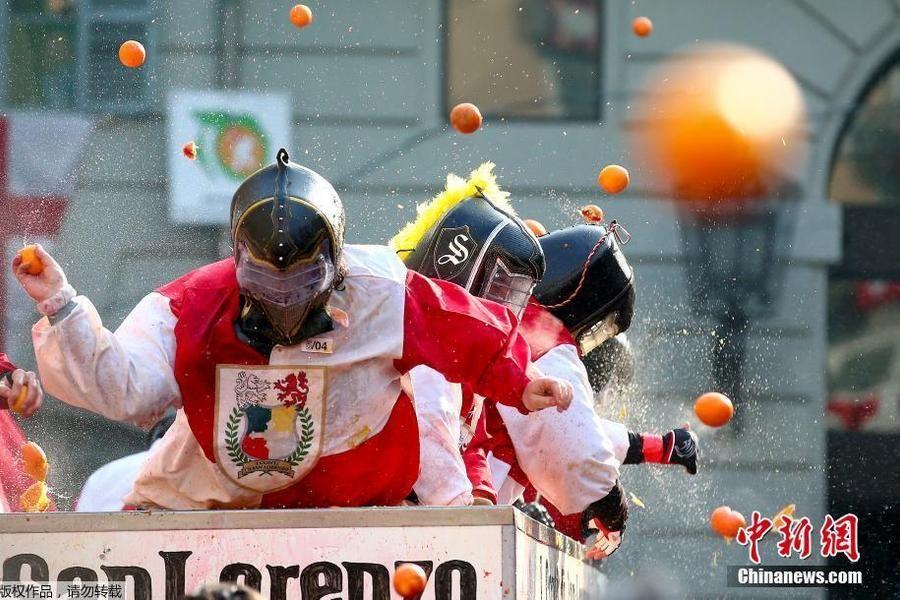 意大利小镇举行橙子狂欢 互扔橙子欢乐无限