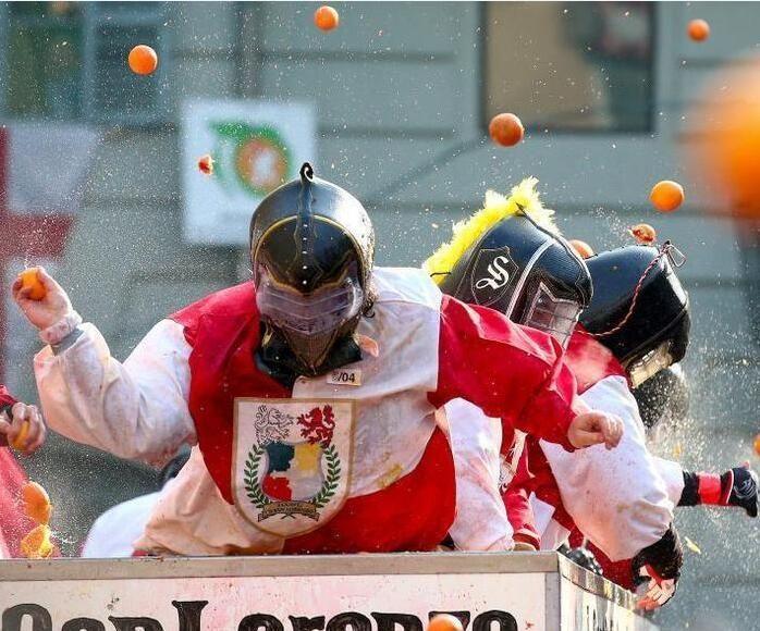 意大利小镇举行橙子狂欢