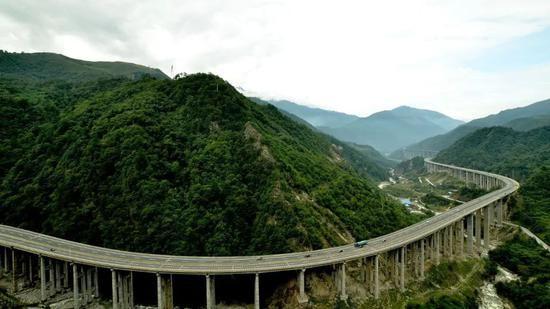 """四川雅西高速公路,被人们誉为""""天梯高速"""",""""云端高速"""",受到国内外"""