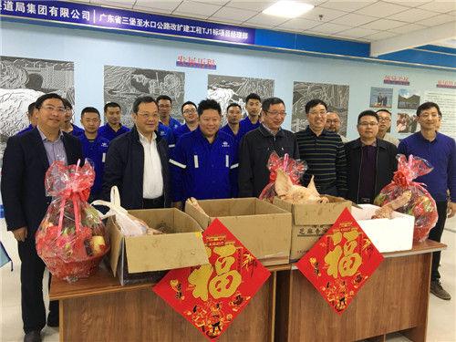 刘毅看望慰问春节值守工作人员