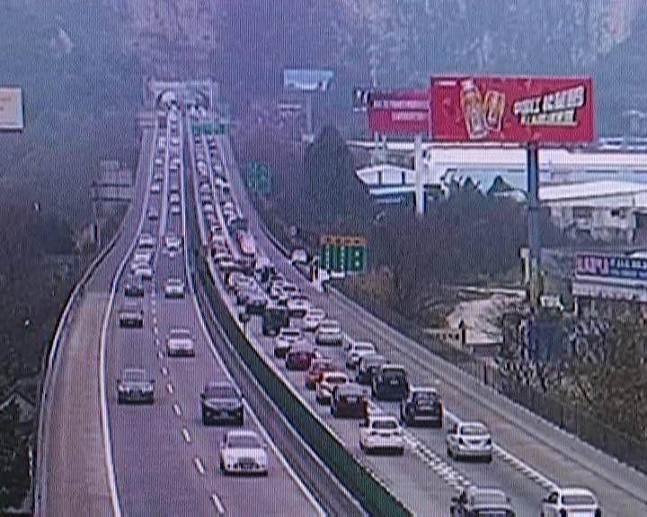 江门高速往粤西方向车流量增大 交警实施分流管制措施
