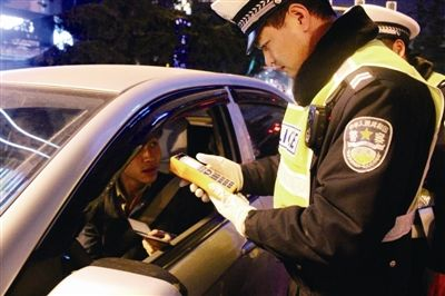 广州男子开新车去珠海看烟花 被交警扣了12分