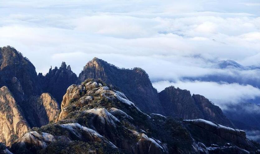 黄山云海翻滚在千山万壑