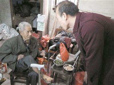 """江门""""最美送餐员""""黄建成:每天行程80余公里 只为他们吃上热饭菜"""
