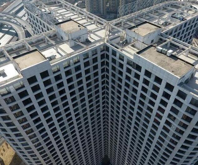 大楼安装3000多个窗户