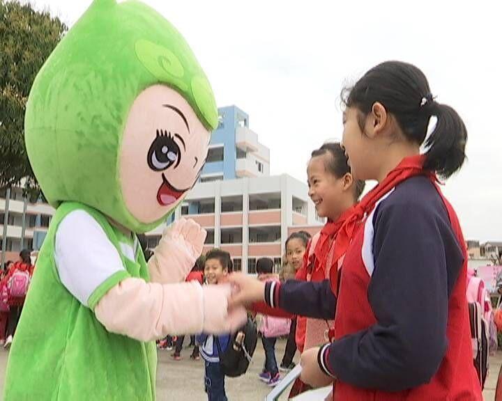 """孩子们一走进校园,便看到活泼可爱的校园吉祥物""""溪溪""""和""""韵韵"""",孩子们"""