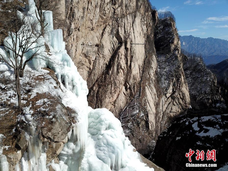 河南白云山瀑布凝固 垂冰悬挂百丈崖