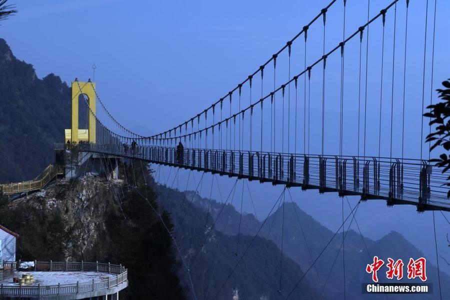 高海拔!四川建198米玻璃桥 成功连结川渝