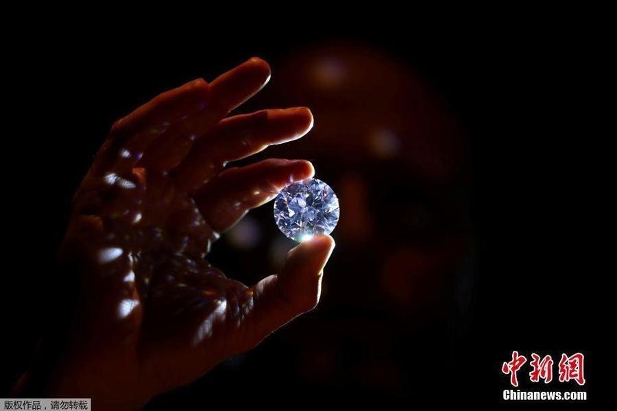 超闪亮!苏富比拍卖行展出102克拉白钻