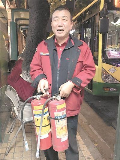 广州小车自燃冒烟车主惊慌失措弃车 巴士司机主动帮灭火