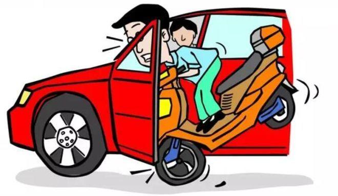 """网络配图   法制晚报·看法新闻消息,停车、开车门、下车,看似平常的动作若稍有疏忽,可能会引发致命事故。   女子杨某就因为下车前没看后面,而是直接推开了车门,结果导致一辆电动自行车撞上车门,骑车人经抢救无效5天后死亡。交通队认定杨某负事故的主要责任,汽车驾驶人胡某负次要责任。   3月12日上午,被控涉嫌交通肇事罪的杨某在北京通州法院受审。法官当庭宣判,以交通肇事罪,一审判处杨某有期徒刑一年。宣判后杨某表示不上诉。   被控开车门未注意 """"撞死""""骑车人   40岁"""