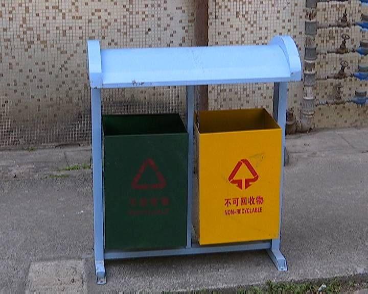 《创文再出发》高新区(江海区)更换新果皮箱 净化环境卫生