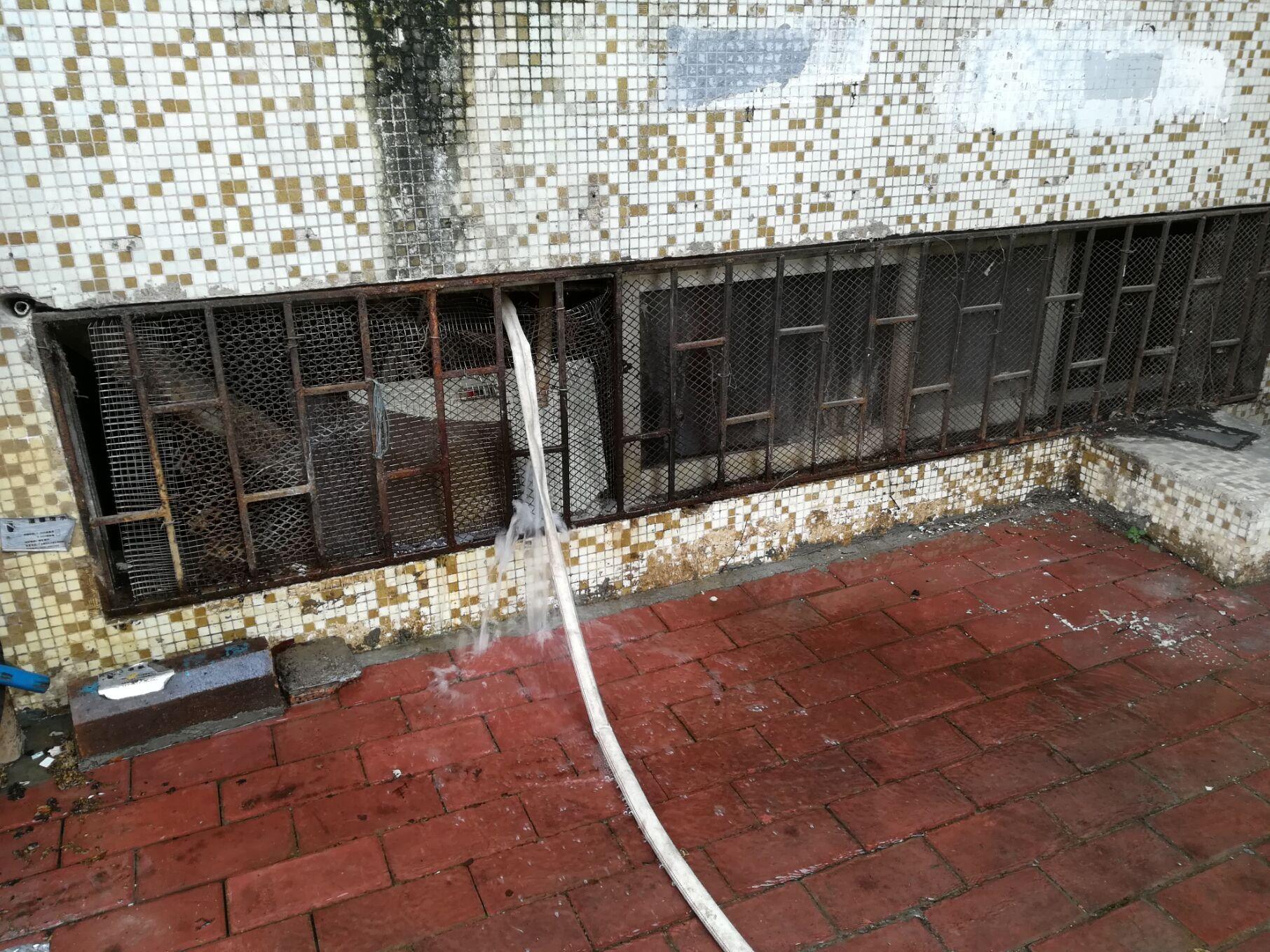 蓬江区一商铺爆水管无人理?原来是私排污水