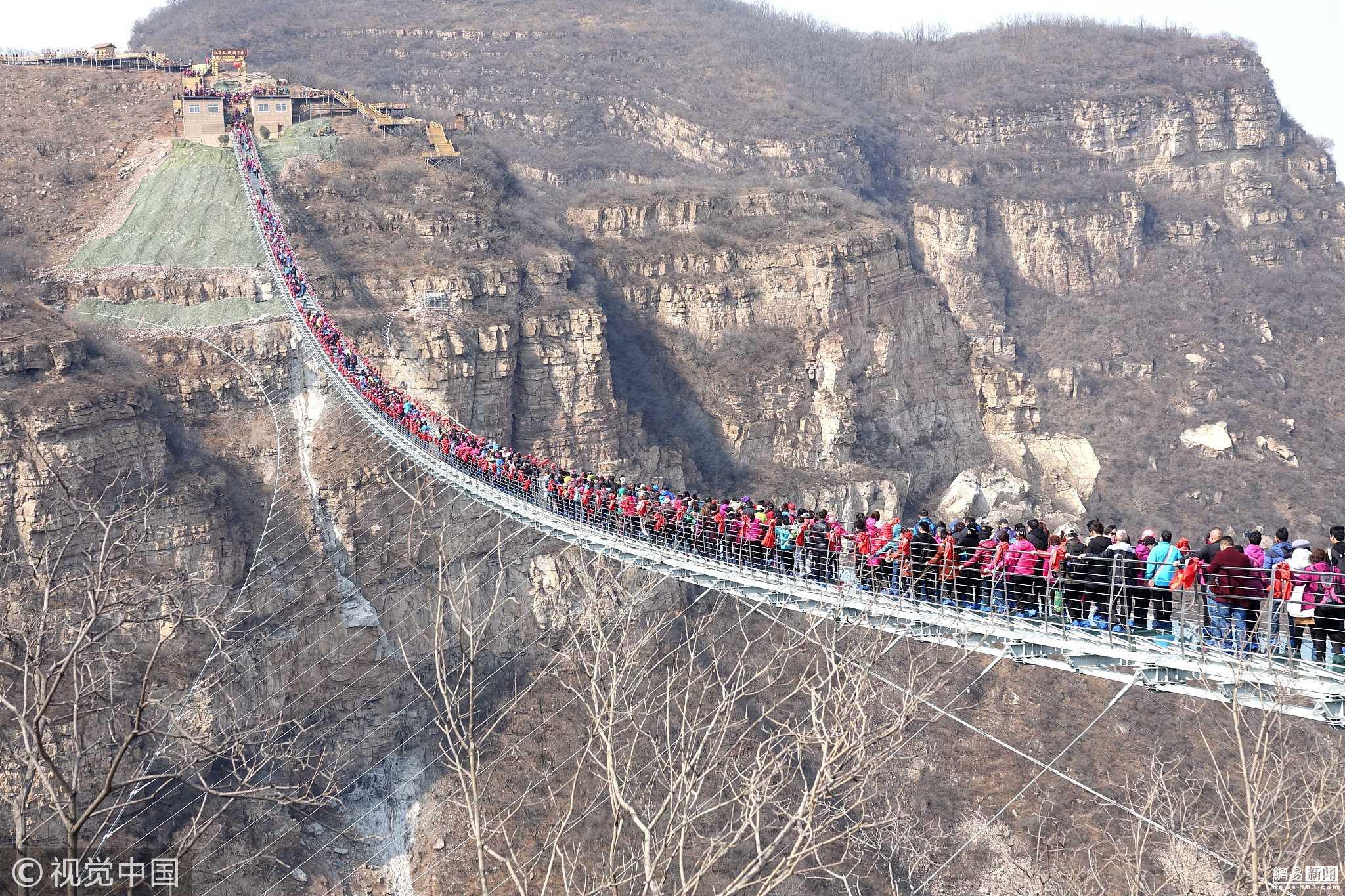 悬空玻璃吊桥挤满游客