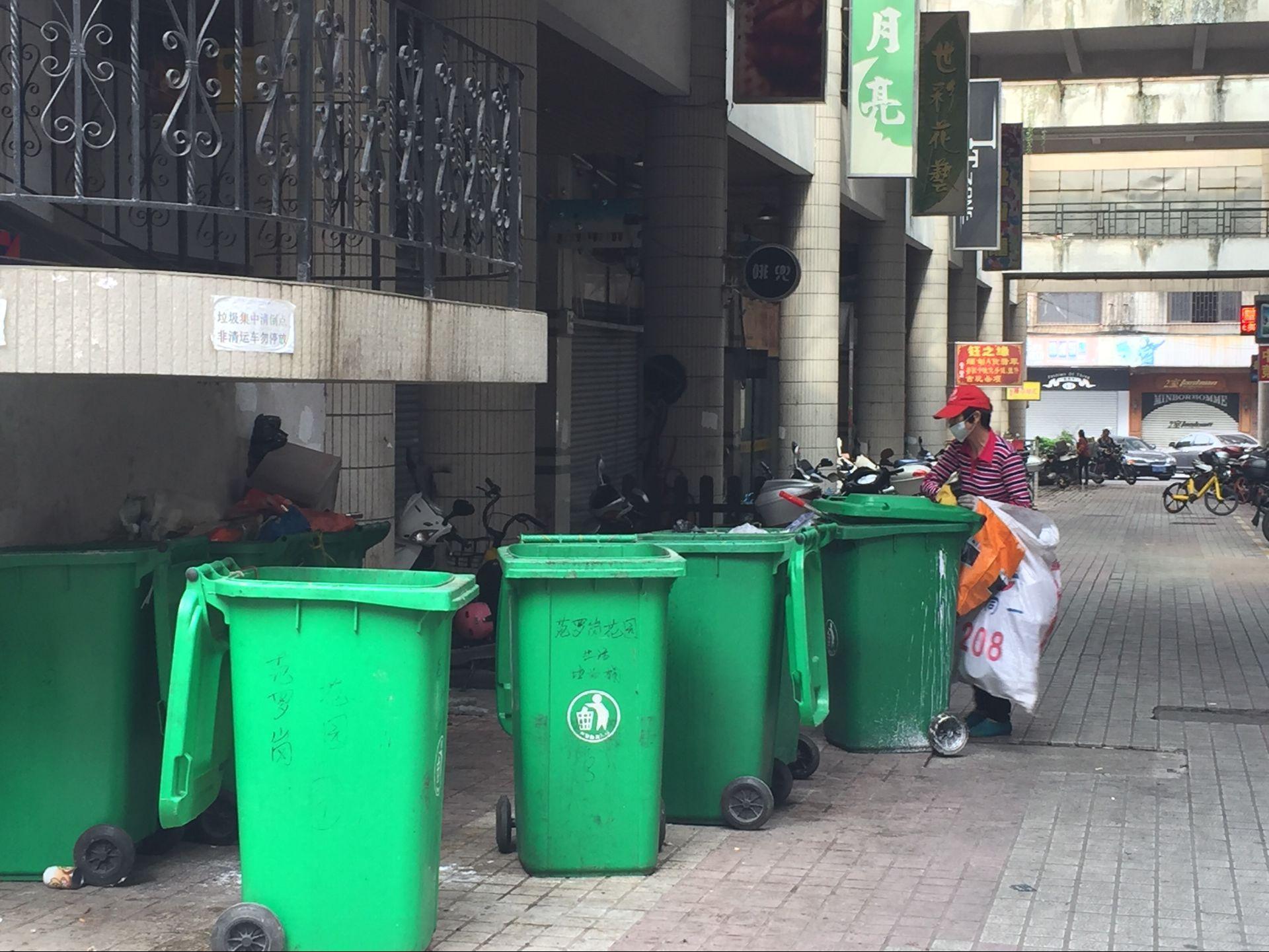 居民区内私设临时垃圾集中点 扰民黑点惹人烦