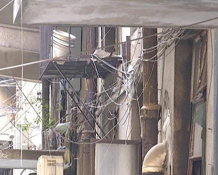 江门部分旧城区居民楼乱拉电线网线现象严重
