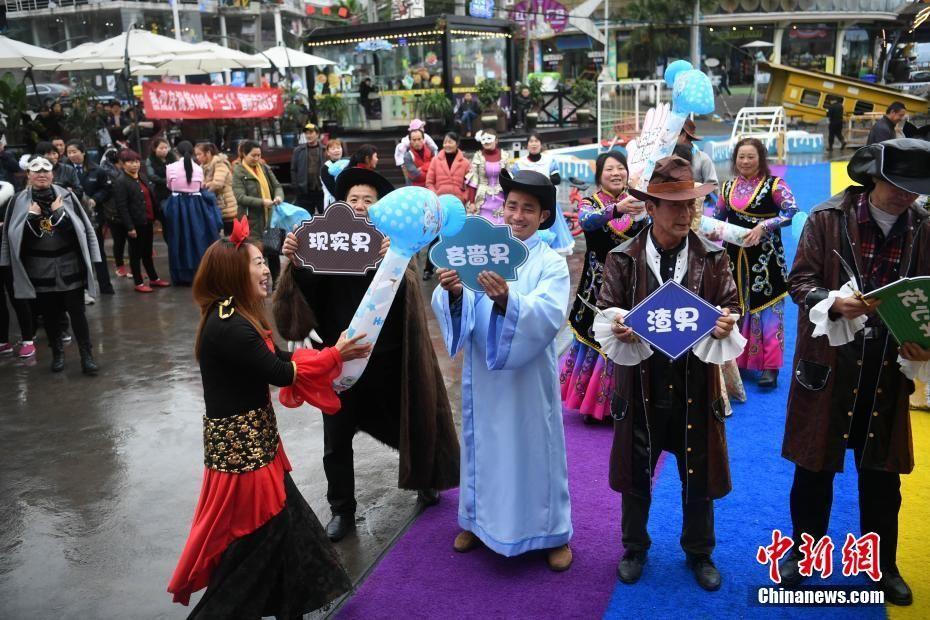 """重庆举行枕头大战迎""""三八""""妇女节"""
