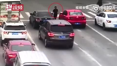 视频女子开车等红灯 陌生男子拉开车门抢走车