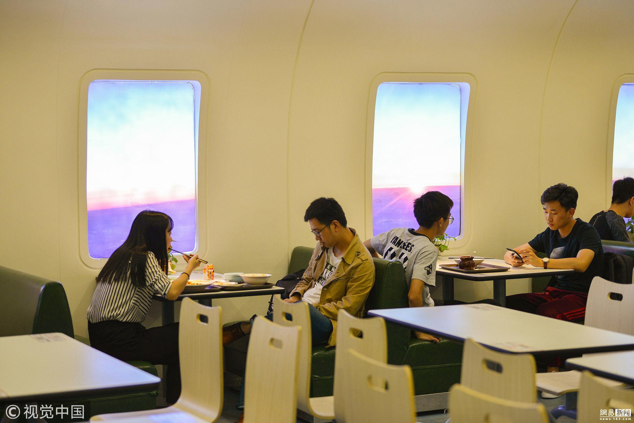 """高校打造航空主题食堂 学生在""""头等舱""""用餐"""
