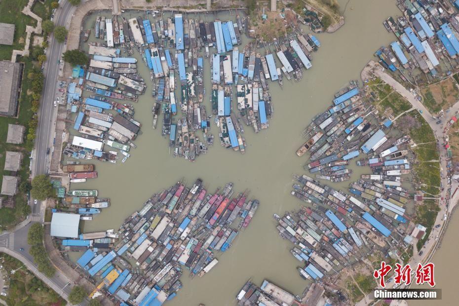 洪泽湖休渔期 百艘渔船停靠蔚为壮观