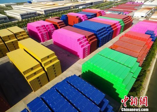 福建漳州港各色集装箱亮相堆场 宛如玩具积木