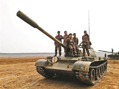 """全国唯一""""开坦克""""专业:无驾照女生学会开坦克"""