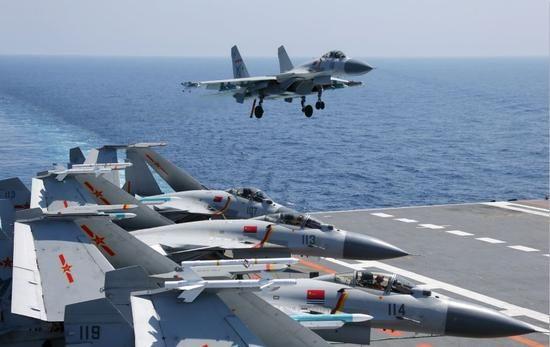 辽宁舰编队在南海对抗演习 歼15战机布满甲板