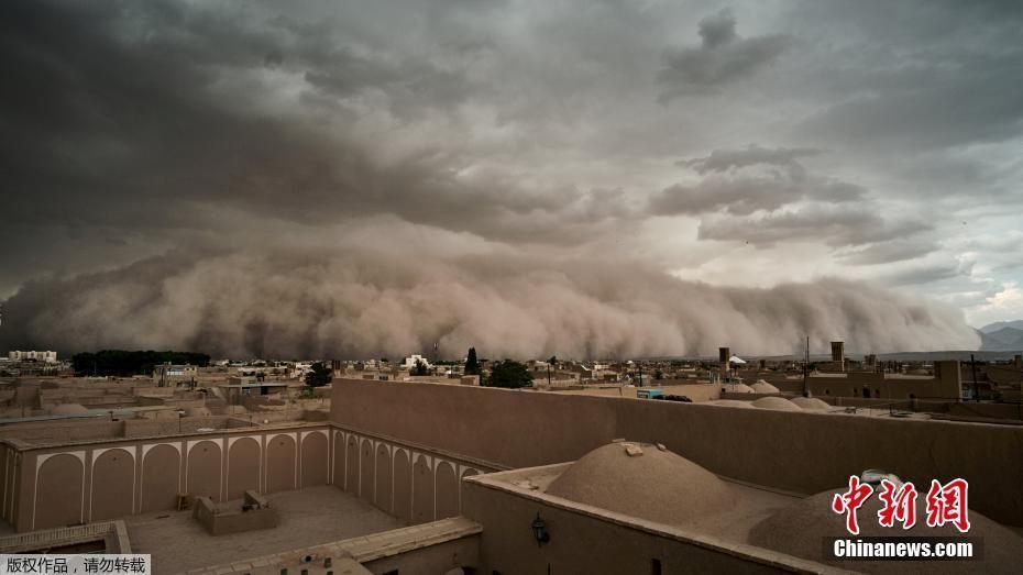 伊朗沙尘暴来袭瞬间