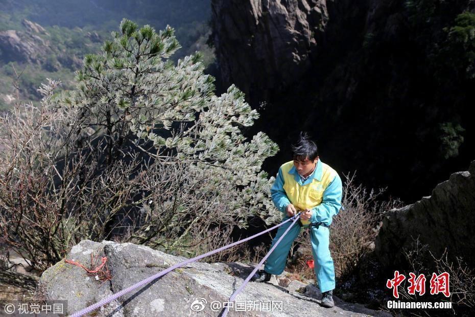 险!环卫放绳工悬崖绝壁下为游客拾手机