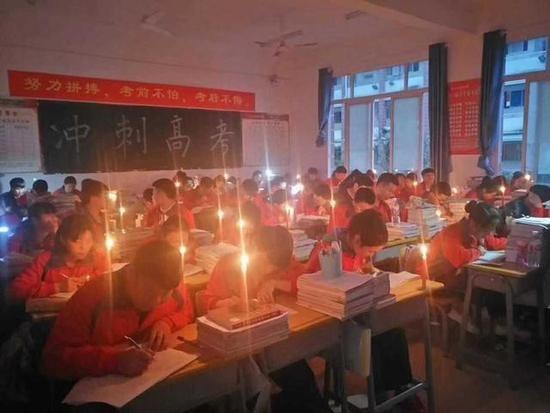 勤奋!贵阳一所中学突然停电 高三学生秉烛夜学