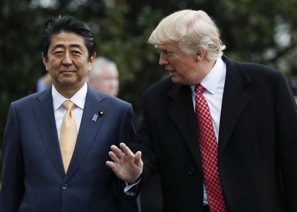 """安倍访美会晤特朗普 两人""""密谈""""一小时"""
