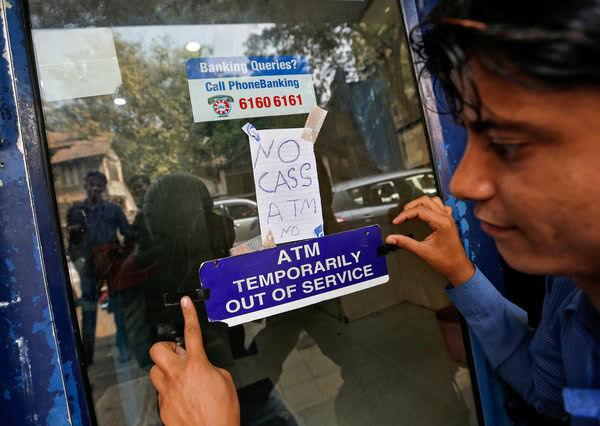 """印度""""现金荒""""持续多日 多家银行钱被取光"""