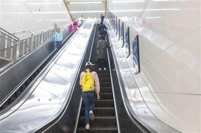多地因安全等因素不提倡扶梯左行右立 曾被视为文明行为