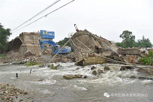 阳春市一大桥施工现场连锁坍塌,造成施工人员1死3伤
