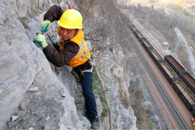"""探访大山深处的捅山工:""""峭壁舞者""""每年查100多座山"""