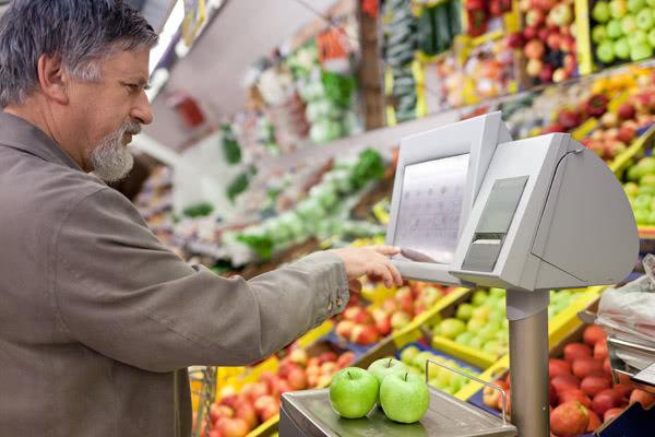老人超市偷草莓,超市工作人员却被判刑拘8个月,网友看了都说判得好