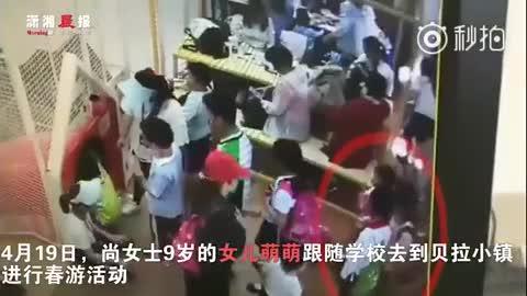 9岁女孩阻止一对母子插队 被男孩母亲推搡脚踹