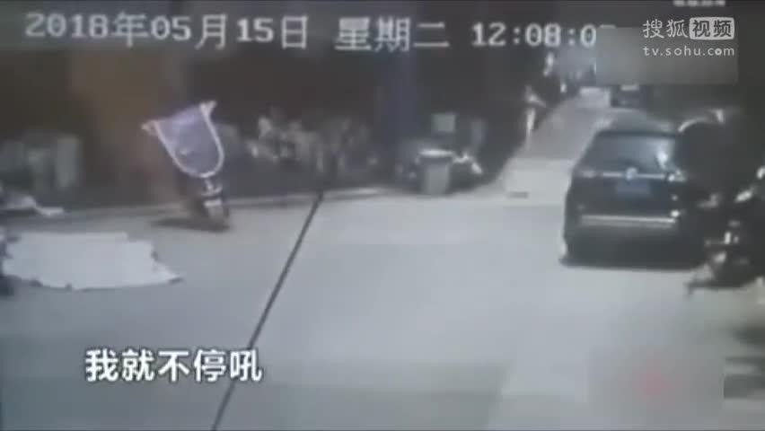 店老板狂奔40米徒手接住坠楼女孩