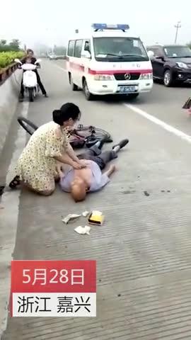 """大爷街头突发疾病 女护士""""人工呼吸"""""""