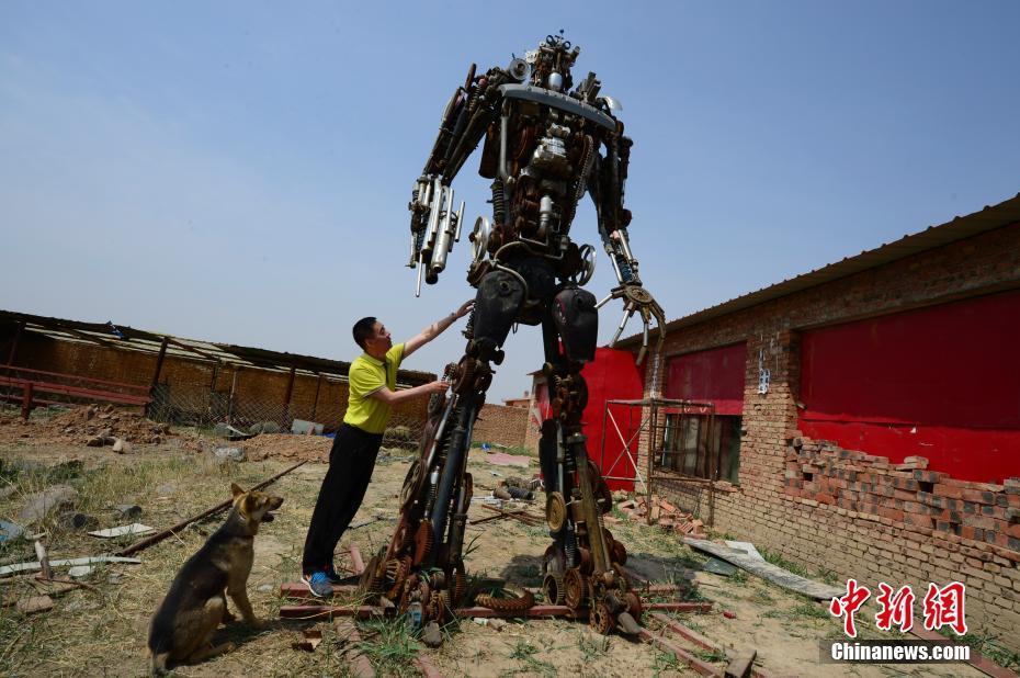 """内蒙古一退休老人用废铜烂铁造出""""变形金刚"""""""