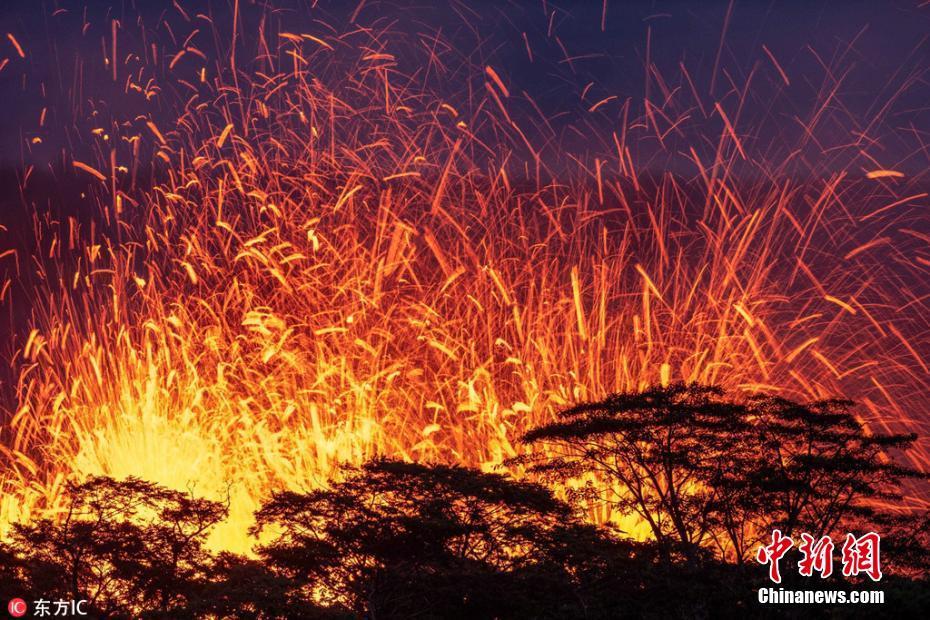 摄影师入禁区拍夏威夷火山喷发 熔岩喷涌火星四溅