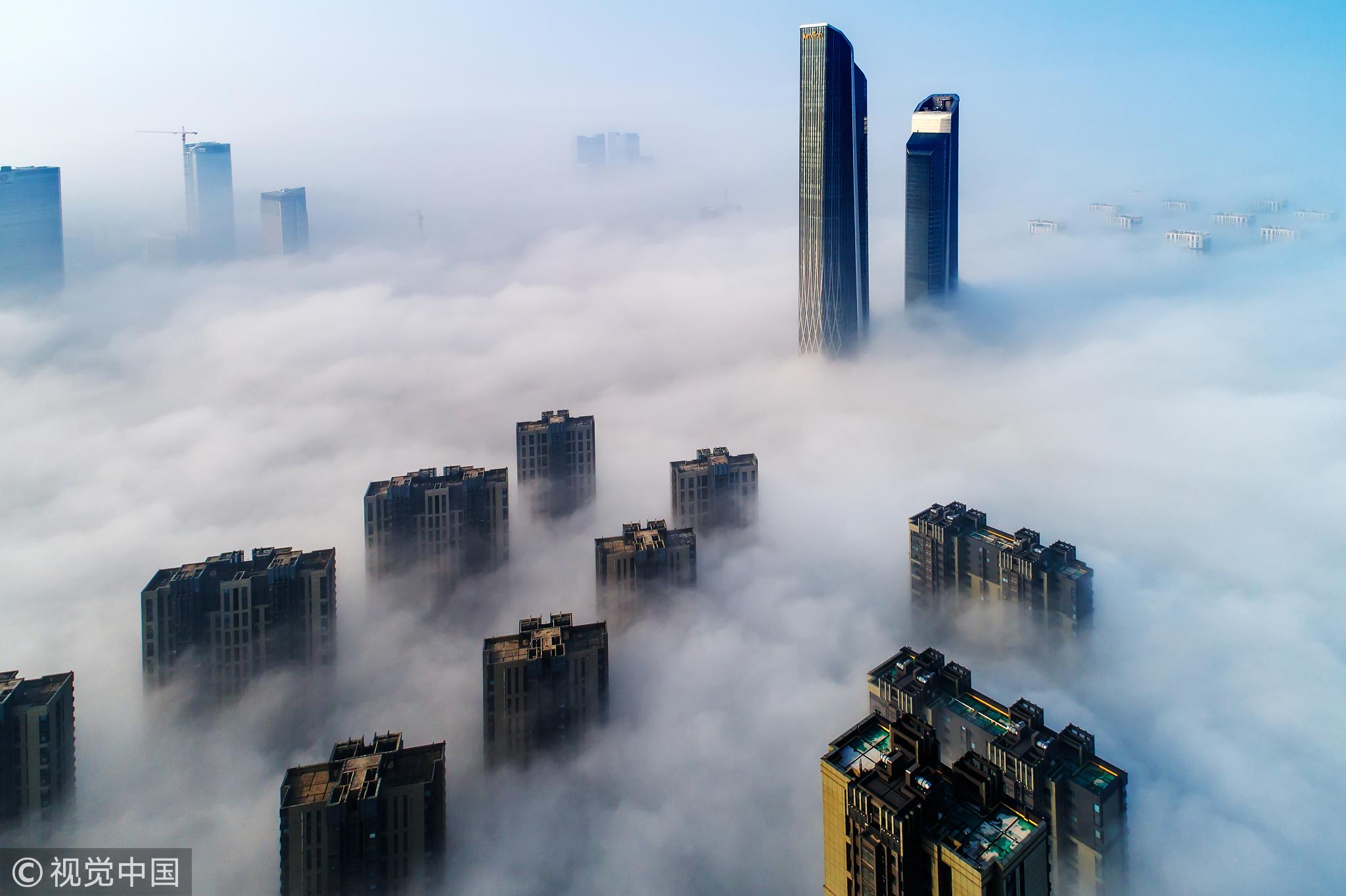 南京河西云海茫茫 双子楼矗立其中
