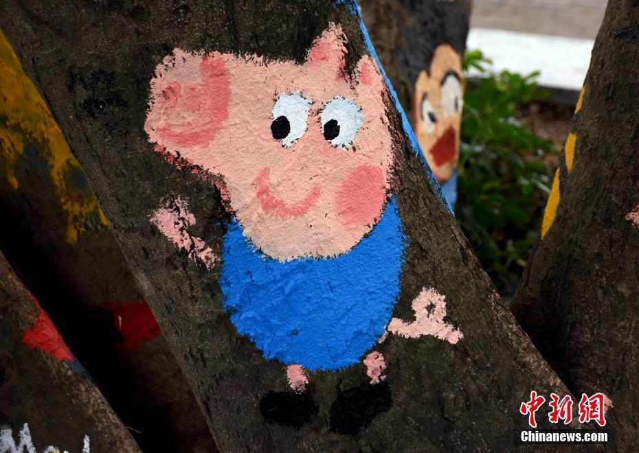 树干彩妆变身动物世界