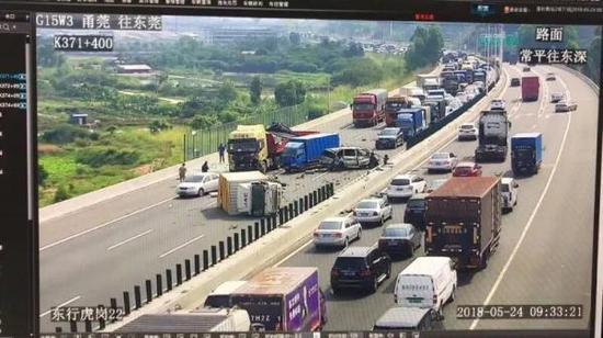 小车在高速公路上逆行引发多车碰撞