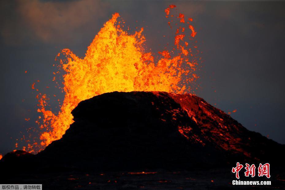 夏威夷火山岩浆喷涌