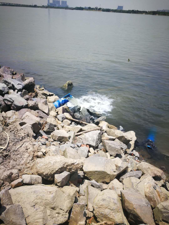 市民报料:疑有漂染厂向西江偷排黑臭污水