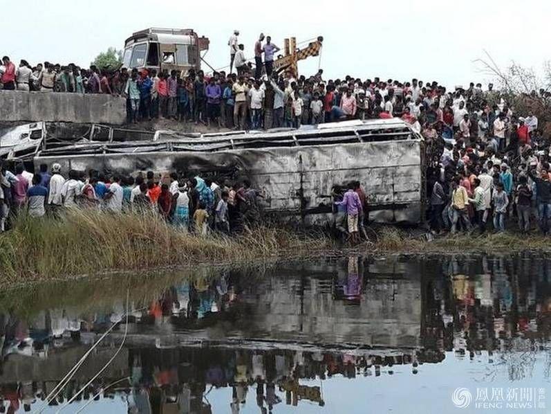 印度一大巴侧翻起火现场 致超27死